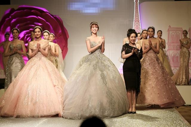 Trong đêm diễn mới đây, diễn viên - người mẫu Khánh My đảm đương vị trí vedette trình diễn thời trang. Vẻ sang trọng của nữ diễn viên là điểm nhấn ấn tượng cho màn trình diễn. Lợi thế hình thể của Khánh My được tận dụng triệt bằng thiết kế váy lọ lem, siết eo tôn dáng.