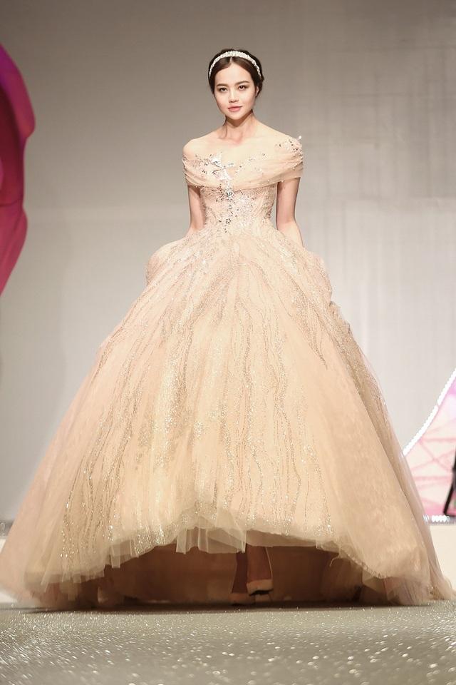 Đêm diễn còn có sự tham gia của Phan Linh, Kiều Ngân và nhiều chân dài khác. Phong cách trang điểm của các người mẫu hướng đến sự trẻ trung, tự nhiên với sắc hồng chủ đạo như những quý cô của nước Pháp. Trong ảnh là Kiều Ngân - Hoa hậu Việt Nam Toàn cầu tại Mỹ năm 2015.