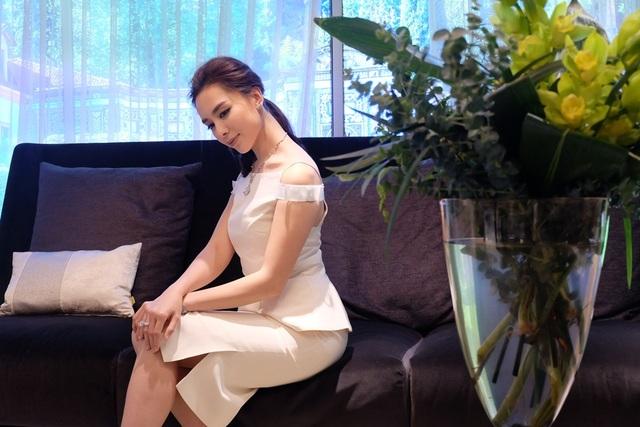 Á hậu Dương Trương Thiên Lý chọn một thiết kế hở vai cách điệu từ dáng áo yếm với gam màu be. Thiết kế được cắt xẻ, tiết chế vừa đủ để tôn lên vóc dáng mảnh dẻ của Á hậu mà vẫn giữ được nét thanh lịch của cô.