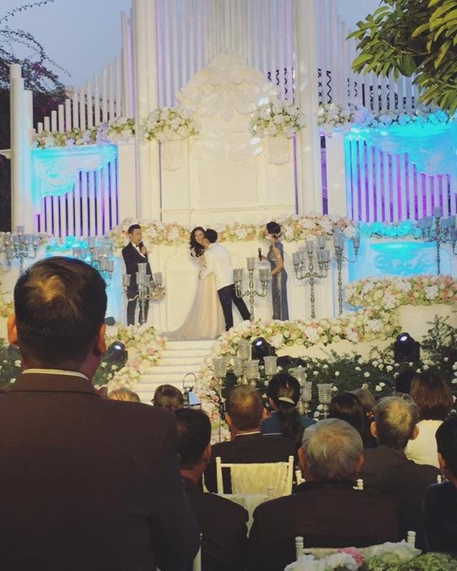 """Tiệc cưới của """"cô gái thời tiết"""" Mai Ngọc và bạn trai thiếu gia diễn ra vào chiều 2/12 tại một nhà hàng ở thủ đô Hà Nội. Không gian tiệc cưới được trang hoàng lộng lẫy không thua kém gì tiệc cưới của các sao Hollywood."""