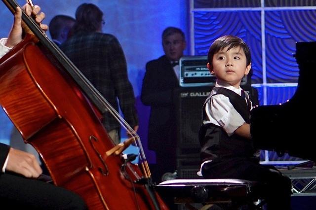"""Cậu bé 5 tuổi được mệnh danh """"thần đồng piano"""" là người gốc Việt."""