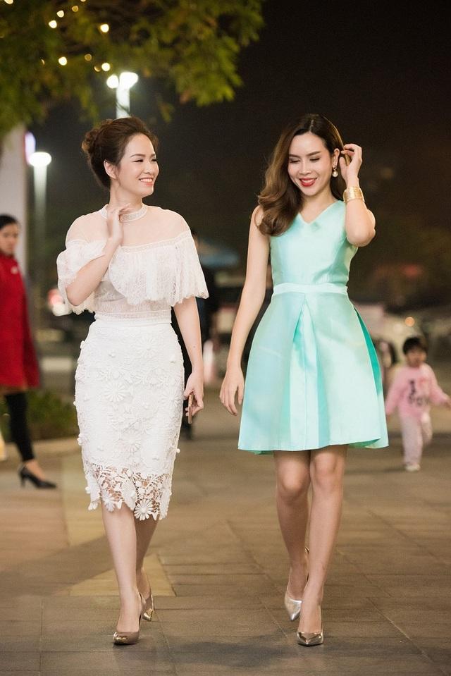 Xuất hiện tại Hà Nội, cả Lưu Hương Giang và Đan Lê đều mang đến hình ảnh ngọt ngào, khó lòng nghĩ là cả hai đã là mẹ của hai con.