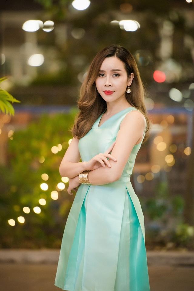 Lưu Hương Giang diện tông xanh pastel dịu mắt.