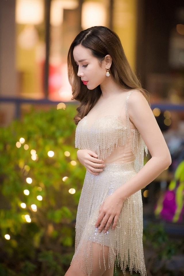 Lưu Hương Giang trở lại với hình ảnh quyến rũ và đầy ngọt ngào với trang phục biểu diễn tua rua.