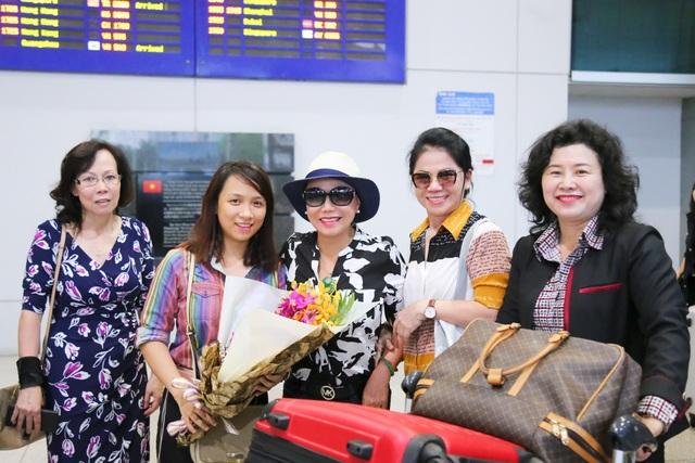 Danh ca Thanh Tuyền (thứ 3 từ trái sang) hạnh phúc trong vòng tay gia đình, bạn bè.