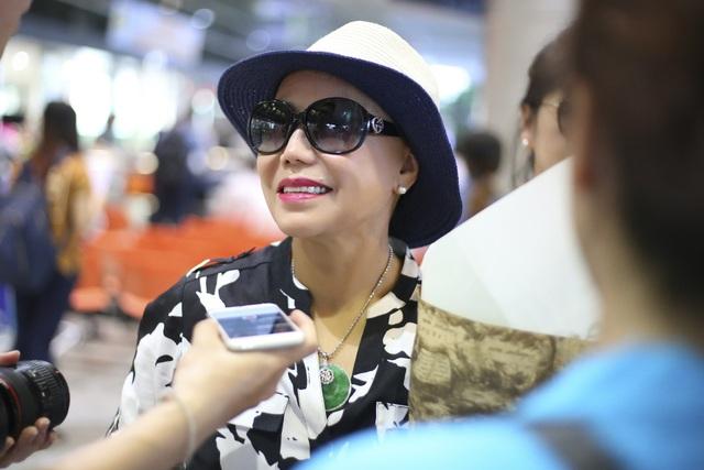 Nữ danh ca trả lời PV của báo chí ngay tại sân bay.