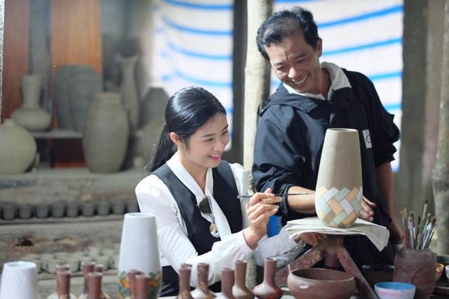 Hoa hậu Ngọc Hân đội mưa thăm làng gốm cổ 500 tuổi tại Huế - 9
