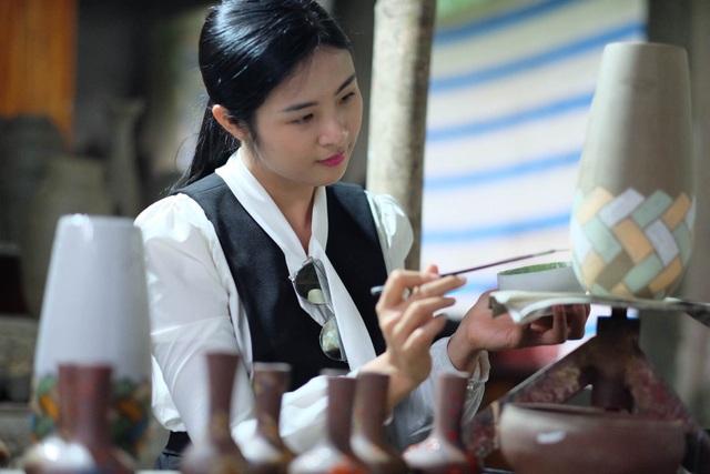 Hoa hậu Ngọc Hân đội mưa thăm làng gốm cổ 500 tuổi tại Huế - 13
