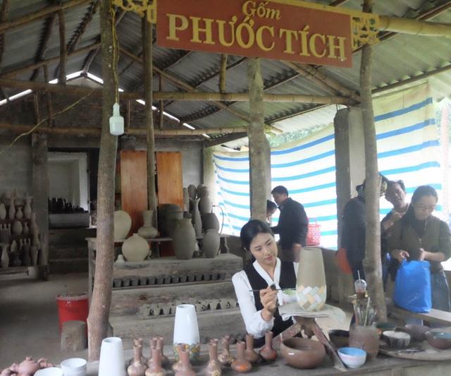 Hoa hậu Ngọc Hân đội mưa thăm làng gốm cổ 500 tuổi tại Huế - 10