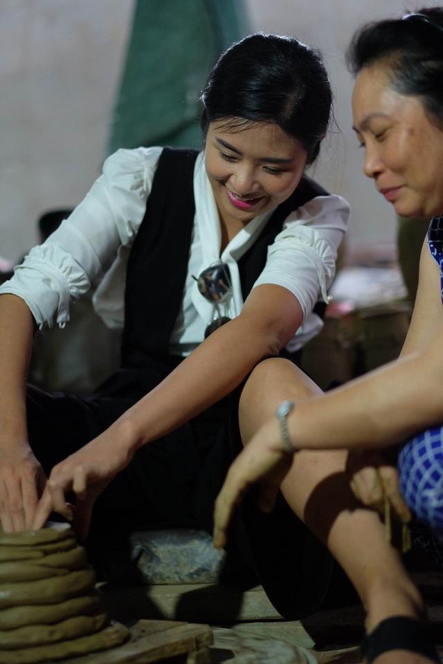 Hoa hậu Ngọc Hân đội mưa thăm làng gốm cổ 500 tuổi tại Huế - 5