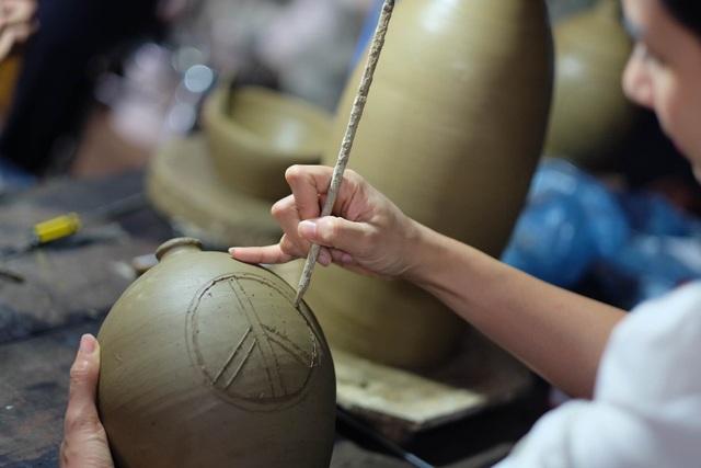 Hoa hậu Ngọc Hân đội mưa thăm làng gốm cổ 500 tuổi tại Huế - 8