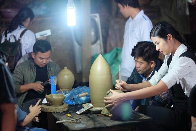 Hoa hậu Ngọc Hân đội mưa thăm làng gốm cổ 500 tuổi tại Huế - 14