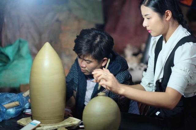 Hoa hậu Ngọc Hân đội mưa thăm làng gốm cổ 500 tuổi tại Huế - 12