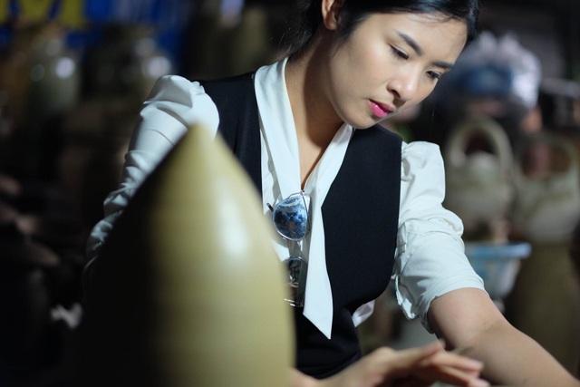 Hoa hậu Ngọc Hân đội mưa thăm làng gốm cổ 500 tuổi tại Huế - 7