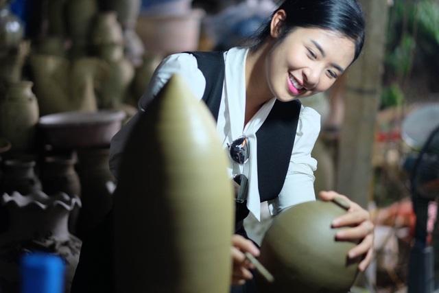 Hoa hậu Ngọc Hân đội mưa thăm làng gốm cổ 500 tuổi tại Huế - 11