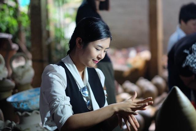 Hoa hậu Ngọc Hân đội mưa thăm làng gốm cổ 500 tuổi tại Huế - 2