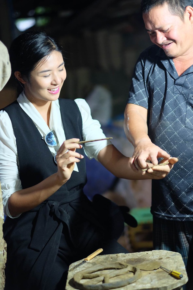 Hoa hậu Ngọc Hân đội mưa thăm làng gốm cổ 500 tuổi tại Huế - 3