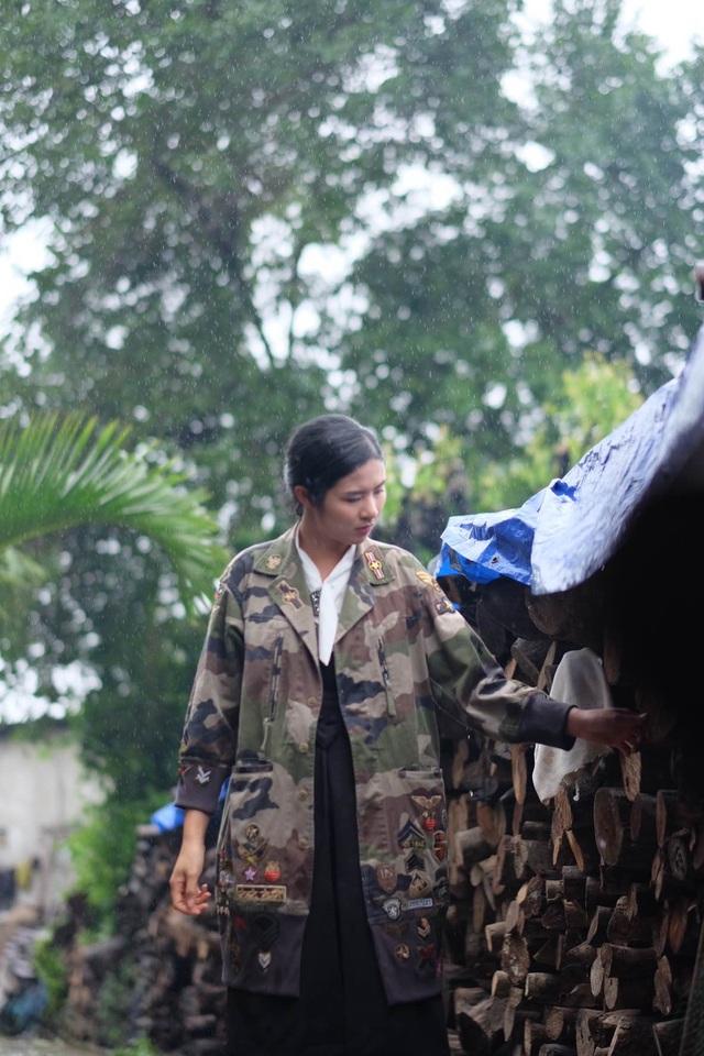 Hoa hậu Ngọc Hân đội mưa thăm làng gốm cổ 500 tuổi tại Huế - 15
