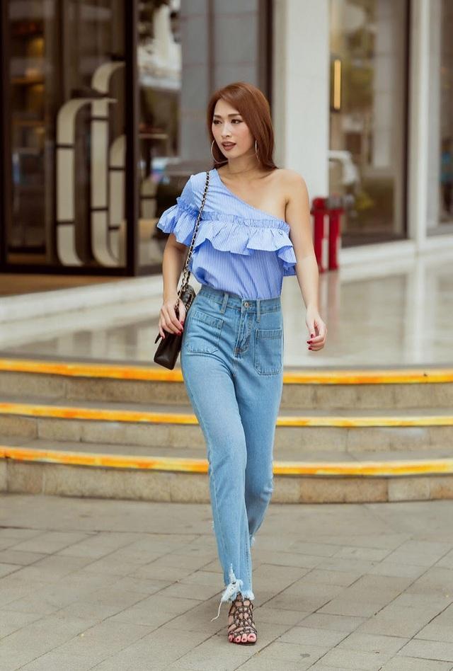 Chiếc quần jean cạp cao là sự kết hợp tuyệt vời. Điểm nhấn là phần nhún bèo ở ngực giúp Quỳnh Thy trở nên điệu đà, nữ tính hơn hẳn.