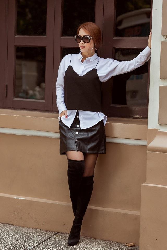 Một đôi bốt cao cổ đi cùng chân váy chữ A cũng là gợi ý nên bỏ túi không thể quên.