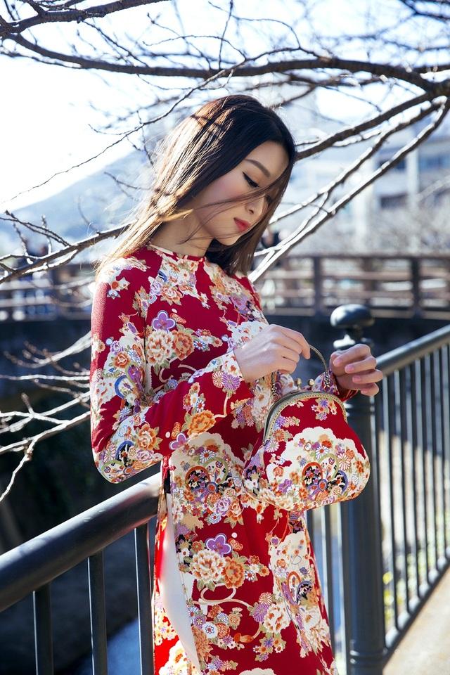 Hoa hậu Mỹ Linh chọn áo dài truyền thống để tham gia các hoạt động giao lưu văn hóa tại Nhật Bản.