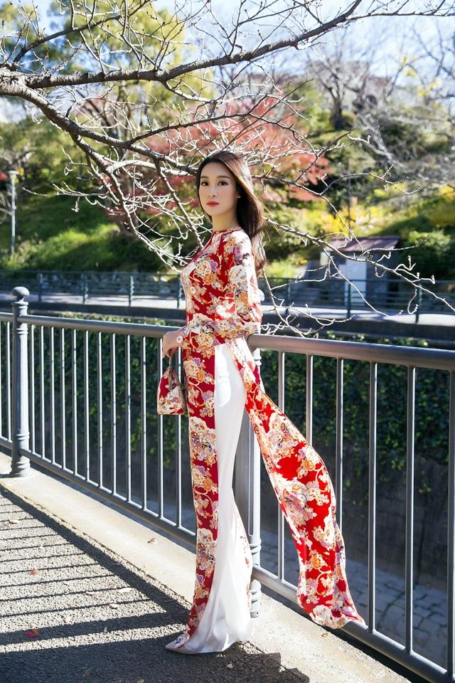Hoa hậu Mỹ Linh, Á hậu Thanh Tú nắm tay thăm thú Nagasaki - Nhật Bản - 3