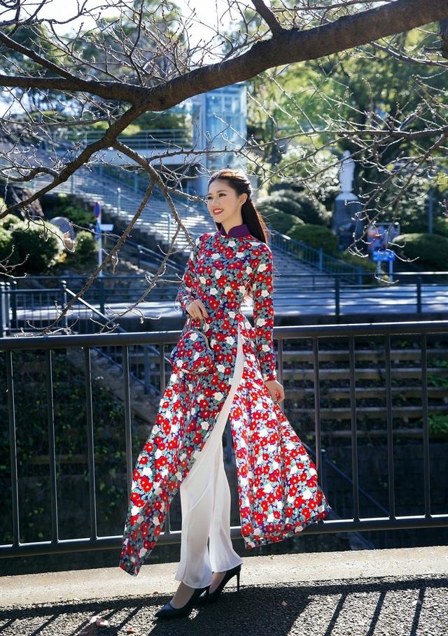 Á hậu Thanh Tú cũng duyên dáng áo dài giữa trời đông Nhật Bản.