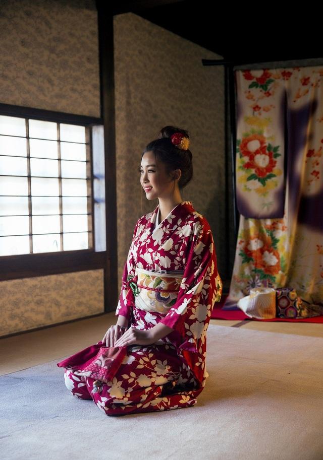 Hoa hậu Mỹ Linh, Á hậu Thanh Tú nắm tay thăm thú Nagasaki - Nhật Bản - 8