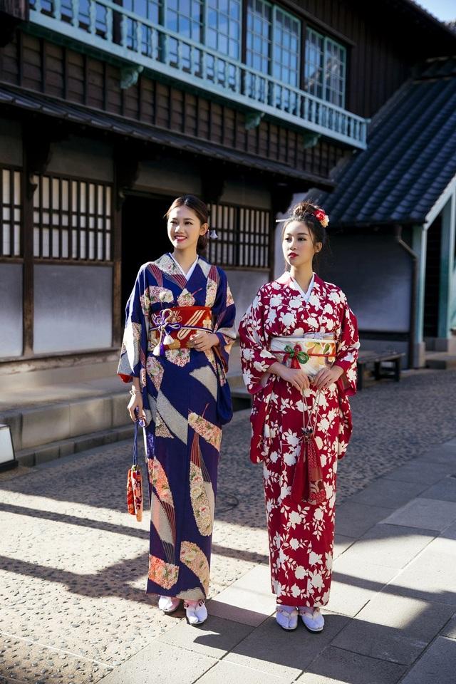 Hoa hậu Mỹ Linh, Á hậu Thanh Tú nắm tay thăm thú Nagasaki - Nhật Bản - 13