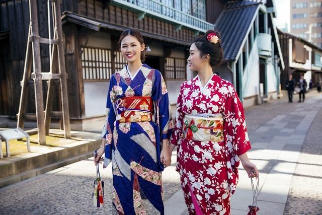 Hoa hậu Mỹ Linh, Á hậu Thanh Tú nắm tay thăm thú Nagasaki - Nhật Bản - 14