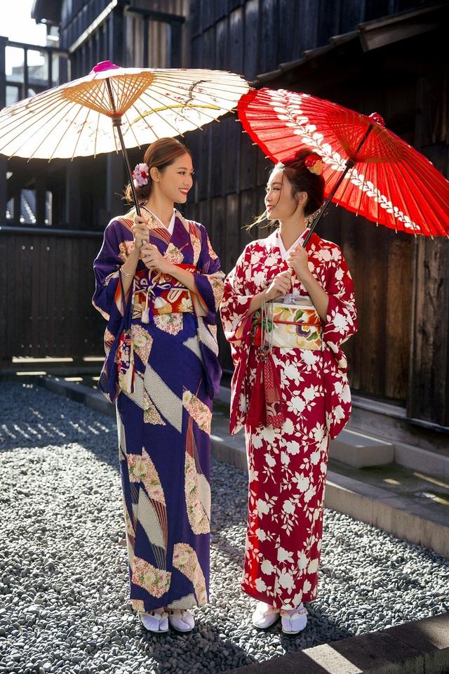 Hoa hậu Mỹ Linh, Á hậu Thanh Tú nắm tay thăm thú Nagasaki - Nhật Bản - 12