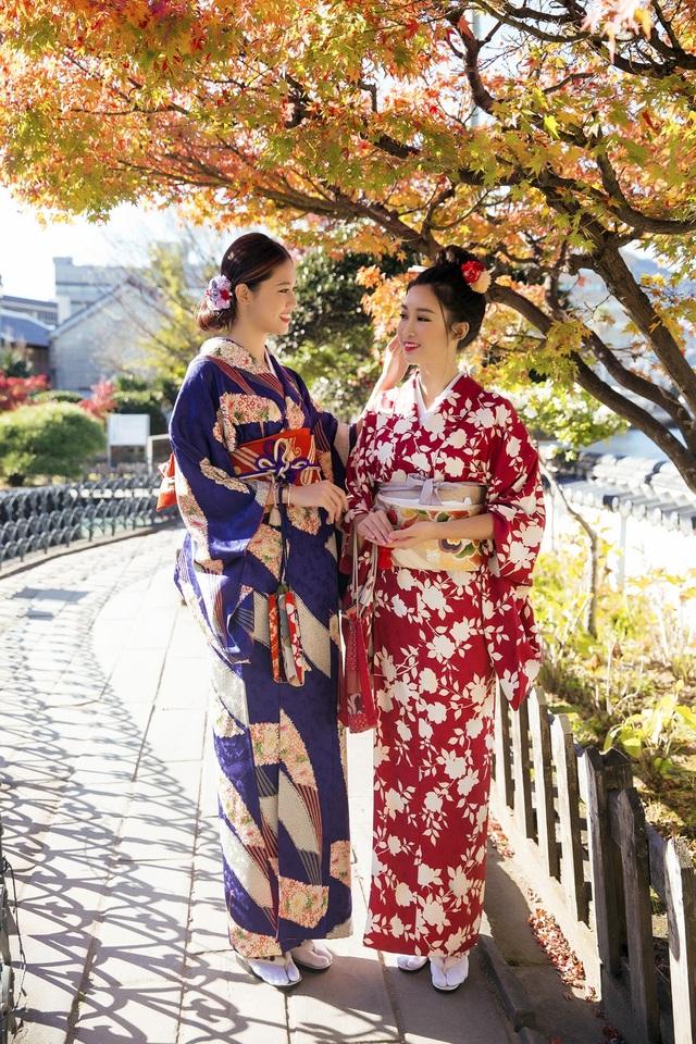 Hoa hậu Mỹ Linh, Á hậu Thanh Tú nắm tay thăm thú Nagasaki - Nhật Bản - 10