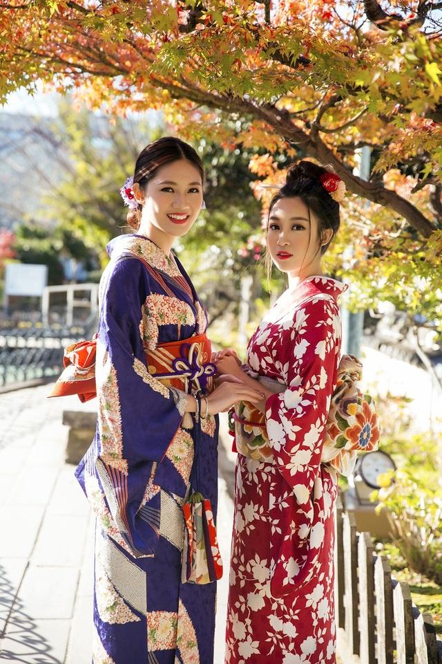 Hoa hậu Mỹ Linh, Á hậu Thanh Tú nắm tay thăm thú Nagasaki - Nhật Bản - 11