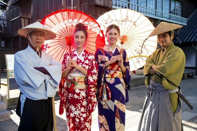 Hoa hậu Mỹ Linh, Á hậu Thanh Tú nắm tay thăm thú Nagasaki - Nhật Bản - 16