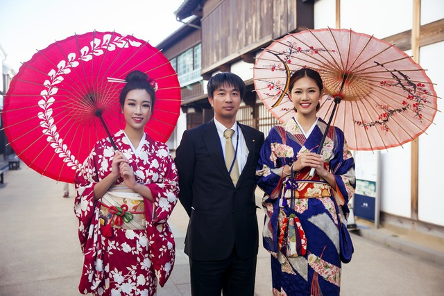 Hoa hậu Mỹ Linh, Á hậu Thanh Tú nắm tay thăm thú Nagasaki - Nhật Bản - 17