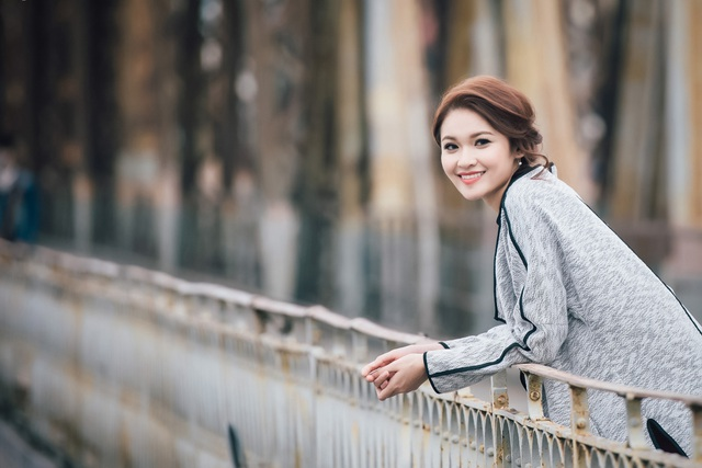 Người đẹp chọn đến cầu Long Biên đầu tiên bởi cô vô cùng yêu thích vẻ cũ kĩ, ghi đậm dấu ấn thời gian của chiếc cầu. Bên cạnh đó, từ thành cầu, cô có thể nhìn bao quát toàn cảnh thành phố ưa thích.