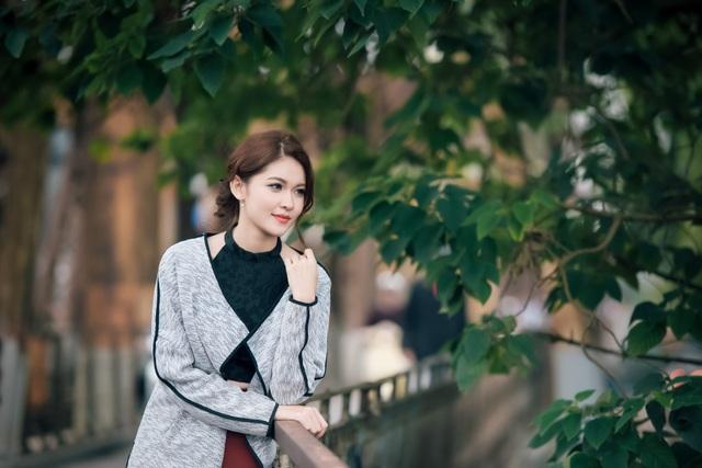 Dù không áo váy lộng lẫy, Thùy Dung vẫn thu hút ánh nhìn khi diện một bộ trang phục đúng chất mùa đông. Chiếc áo dạng yếm và quần ống rộng giúp vóc dáng thanh mảnh của Á hậu Việt Nam thêm phần nổi bật.