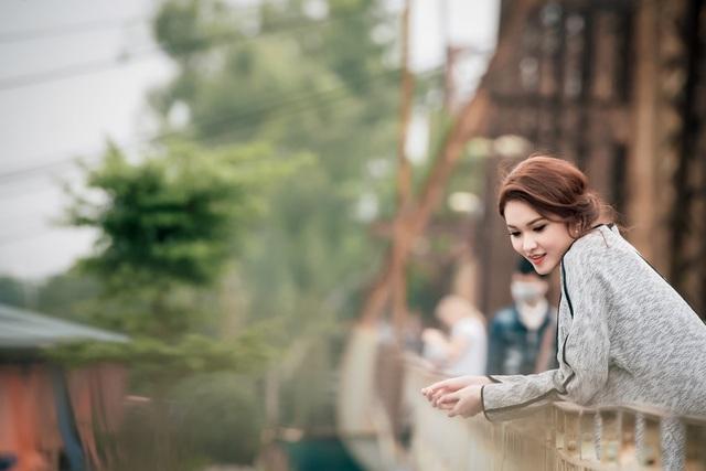 Từ cầu Long Biên, Thùy Dung cảm nhận một Hà Nội đan xen giữa kiến trúc cổ kính với nhịp sống hiện đại, khoảnh khắc này thật không dễ gì có được giữa cuộc sống xô bồ, Á hậu bày tỏ.