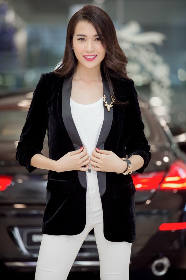 Người đẹp cũng thường xuyên tự làm stylist cho mình. Trang phục cô đang mặc là một ví dụ điển hình. Lệ Hằng chọn trang phục sắc trắng ton sur ton, kết hợp cùng áo ngoài chất liệu nhung thanh lịch.