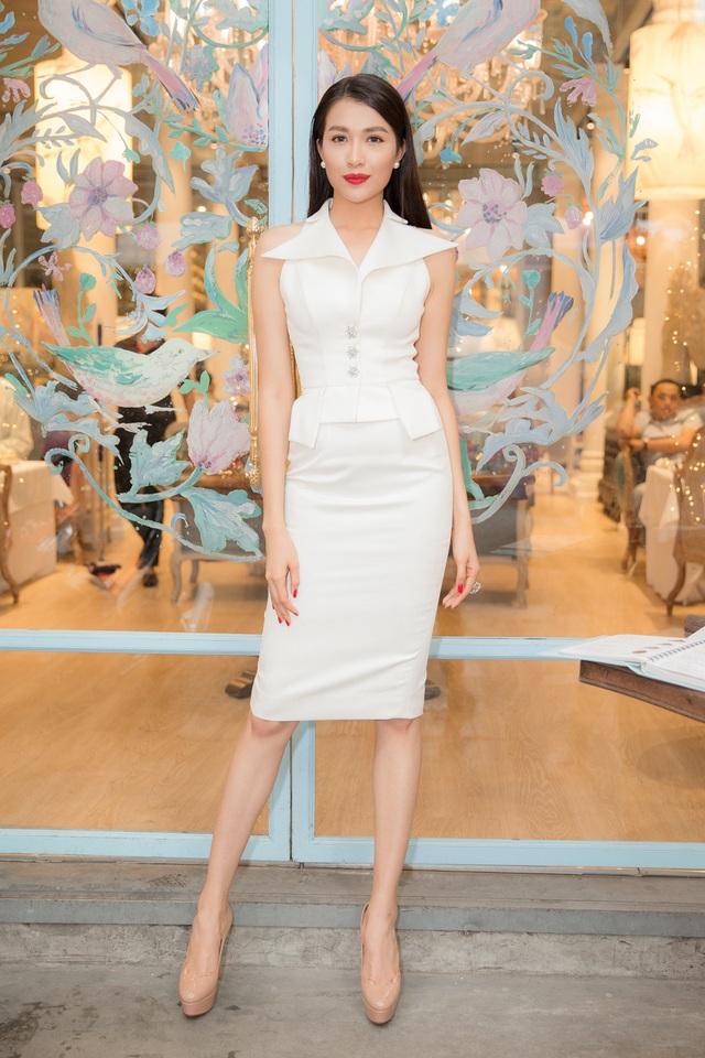Cô diện thiết kế váy ngắn sang trọng, khoe khéo lợi thế vóc dáng thon gọn.