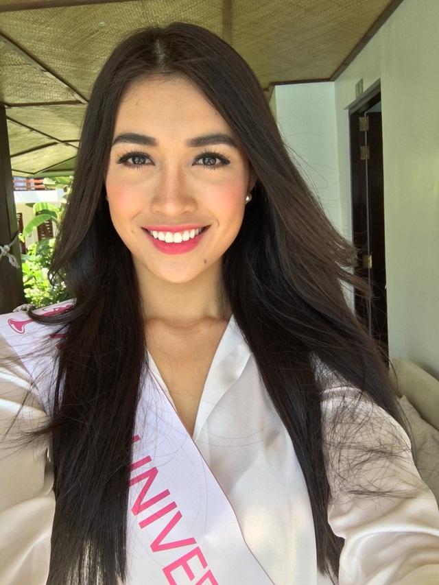 Á hậu Hoàn vũ Việt Nam 2015 Lệ Hằng đang có mặt tại quốc đảo Philippines để tham dự loạt sự kiện trước thềm Miss Universe 2016. Lệ Hằng bắt đầu những hoạt động làm quen cùng các đại diện và gặp gỡ chính quyền thành phố Manila, đương kim Miss Universe 2015 cùng ban tổ chức trong các buổi tiệc thân mật.