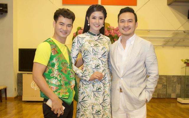 Trước giờ diễn ra chương trình, cô cùng các giám khảo nổi tiếng như diễn viên Chi Bảo, nghệ sĩ Xuân Bắc… đã có buổi họp kín.