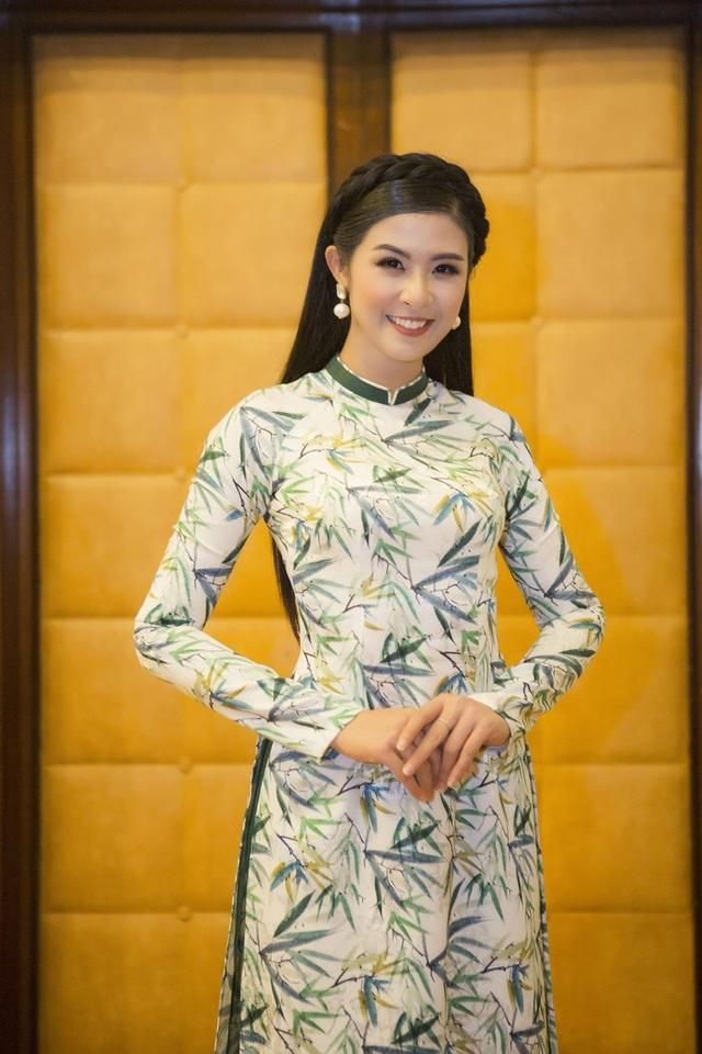 Không chọn đầm lộng lẫy, Ngọc Hân diện trang phục áo dài in hoạ tiết lá tre do chính cô thiết kế để khoe vẻ duyên dáng, e ấp của người phụ nữ Việt.