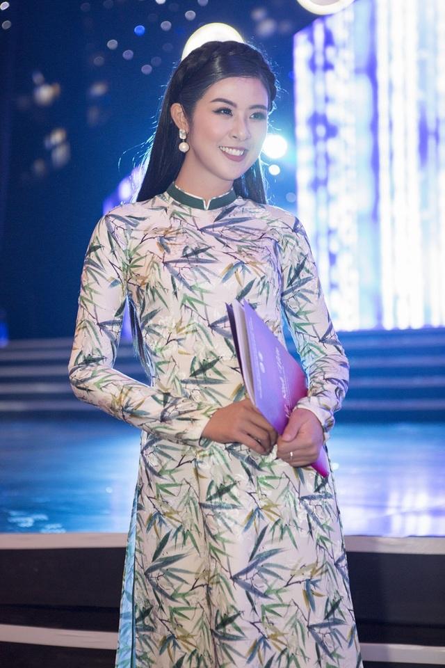 Sau buổi chấm thi tại TP HCM, Ngọc Hân vội vã bay ra Hà Nội để tham gia nhiều sự kiện khác. Thời điểm cuối năm, cô khá bận rộn với các lời mời dự sự kiện, quảng cáo, MC. Ngoài ra, Hoa hậu còn dành tâm huyết thiết kế áo dài Tết.
