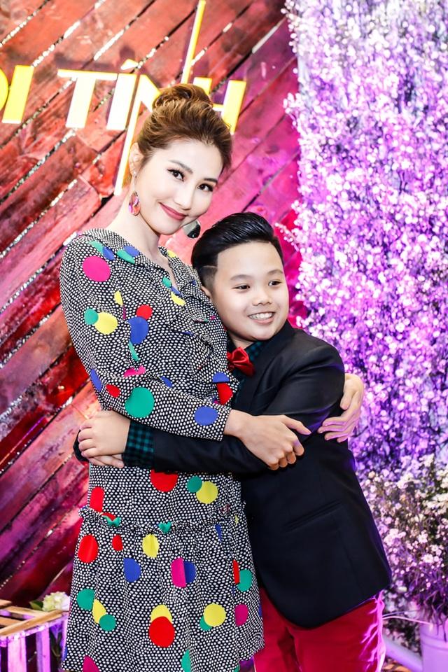 Diễm My 9x ôm chặt cậu con trai màn ảnh. Sao nhí từng được biết đến qua bộ phim Tôi thấy hoa vàng trên cỏ xanh Trọng Khang ngày càng điển trai.
