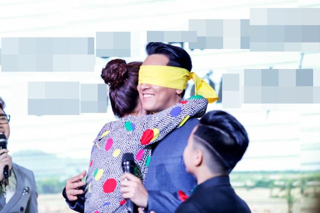 Diễm My ôm chặt ông xã màn ảnh và không ngại công khai tặng cho anh một nụ hôn trước đám đông.