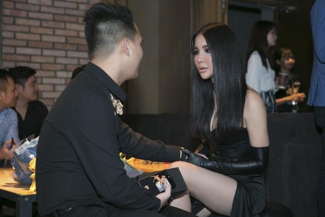 Vừa trở về từ Hàn Quốc, nữ diễn viên Diệp Lâm Anh cũng xuất hiện. Bạn trai thiếu gia diện trang phục bảnh bao tháp tùng Diệp Lâm Anh. Sinh năm 1990, kém tuổi bạn gái nhưng doanh nhân trẻ trông rất chín chắn.
