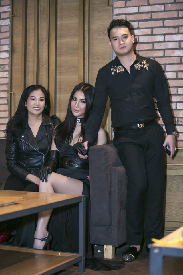 Bạn trai Diệp Lâm Anh diện áo sơ mi đen thanh lịch với họa tiết hoa thêu nổi, anh đi cùng mẹ của bạn gái.
