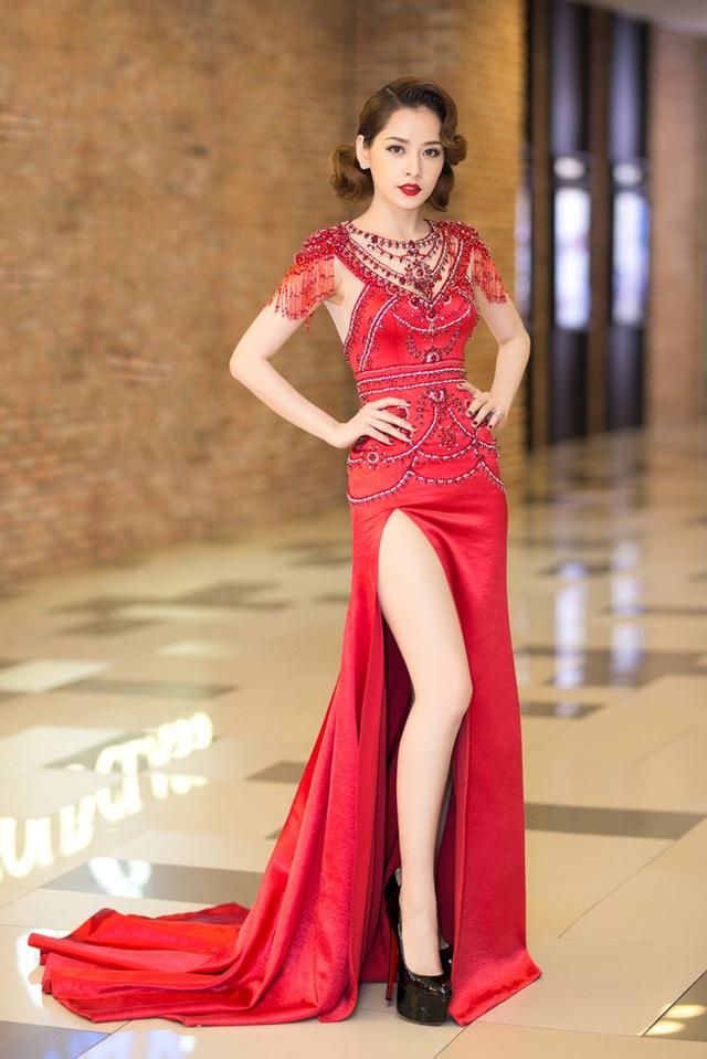 Gam đỏ của trang phục ton - sur - ton với màu son môi, kết hợp với mái tóc ngắn được uốn xoăn theo xu hướng cổ điển.