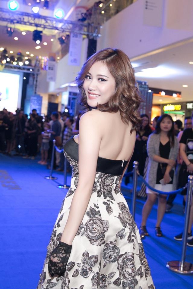 Milan Phạm cho biết, cô đã tập luyện giảm cân cũng như giúp cơ thể trở nên săn chắc hơn. Cô khiến nhiều người chú ý vì xuất hiện lẻ bóng ở sự kiện.